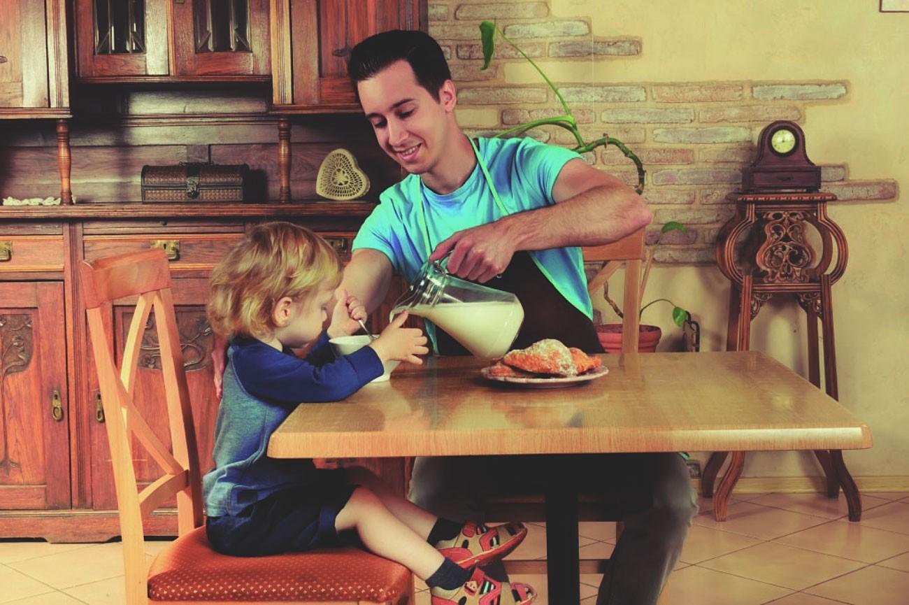 Отец готовит завтрак дочери
