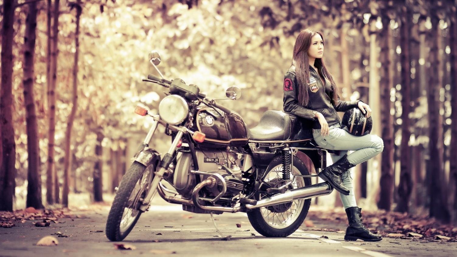 Девушка около мотоцикла