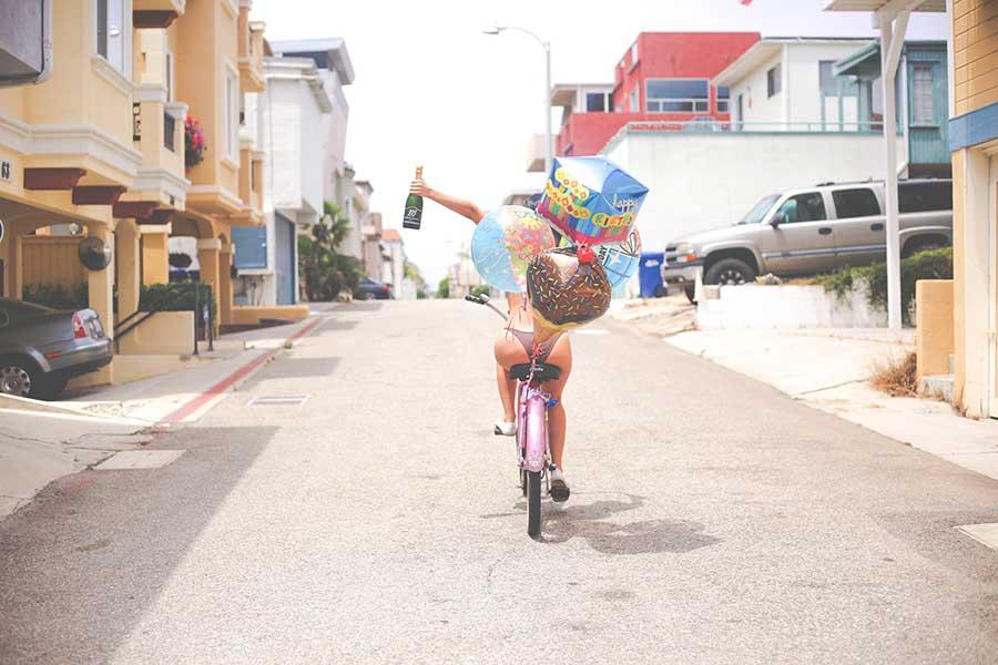Девушка с воздушными шарами на велосипеде