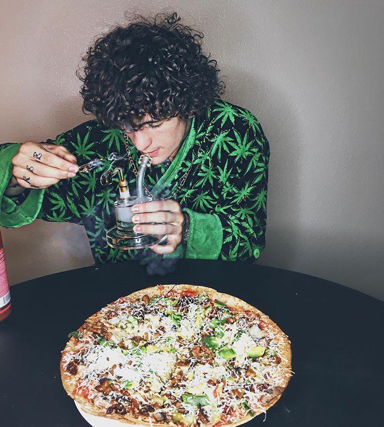 О'Мэлли с бонгом и пиццей