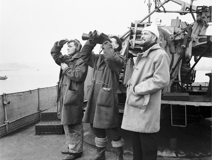 Моряки в дафлкотах