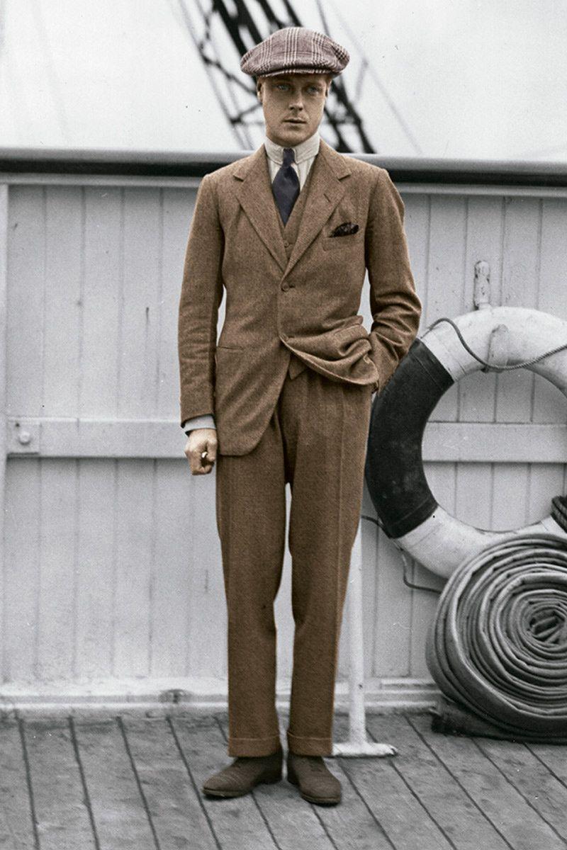Мужчина в костюме и твидовой кепке