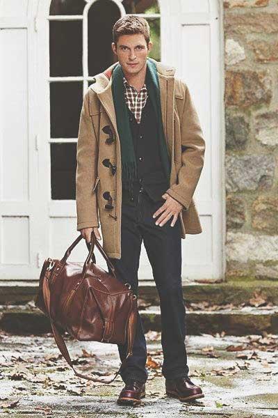 Мужчина в пальто Дафлкот с сумкой