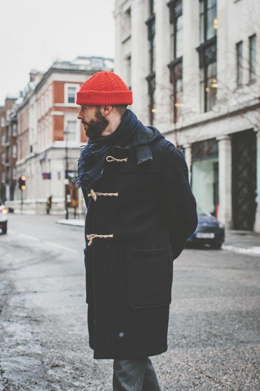 Мужчина в Дафлкоте и красной шапке