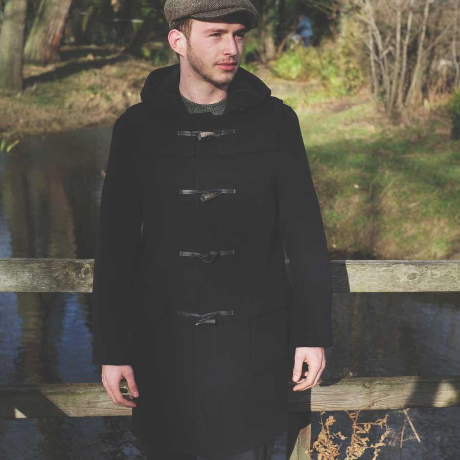 Мужчина в Дафлкоте и кепке