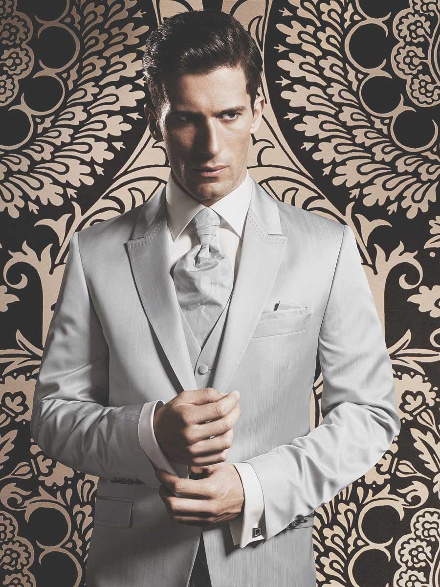 Мужской белый пластрон со светлым костюмом