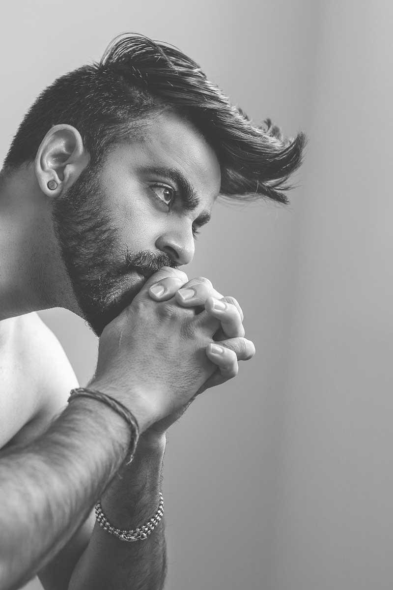 Чёрно-белая фотография - гранж стрижка мужская