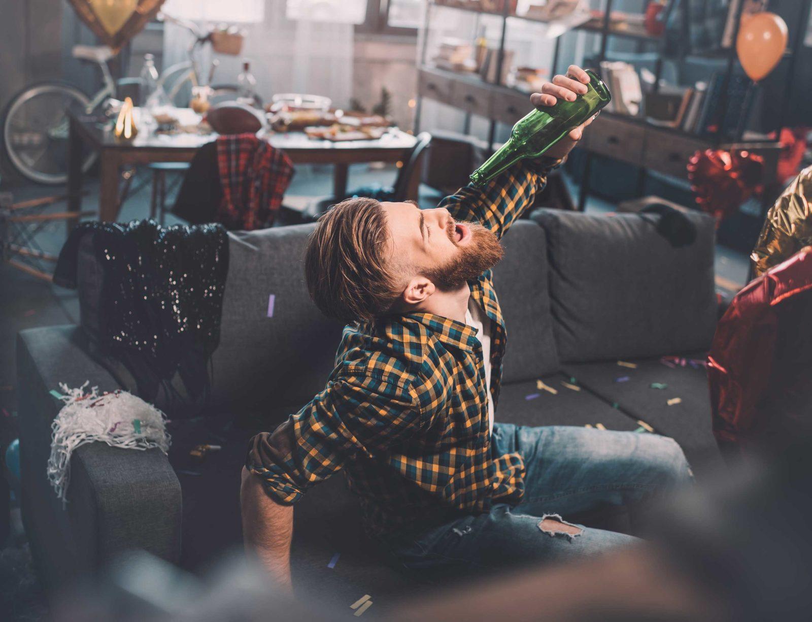 Мужчина похмеляется после вечеринки