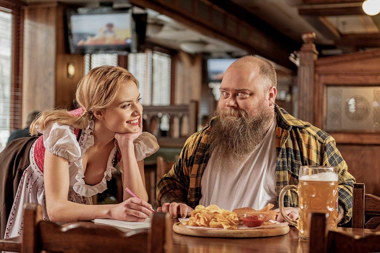 Толстый мужчина и красивая девушка