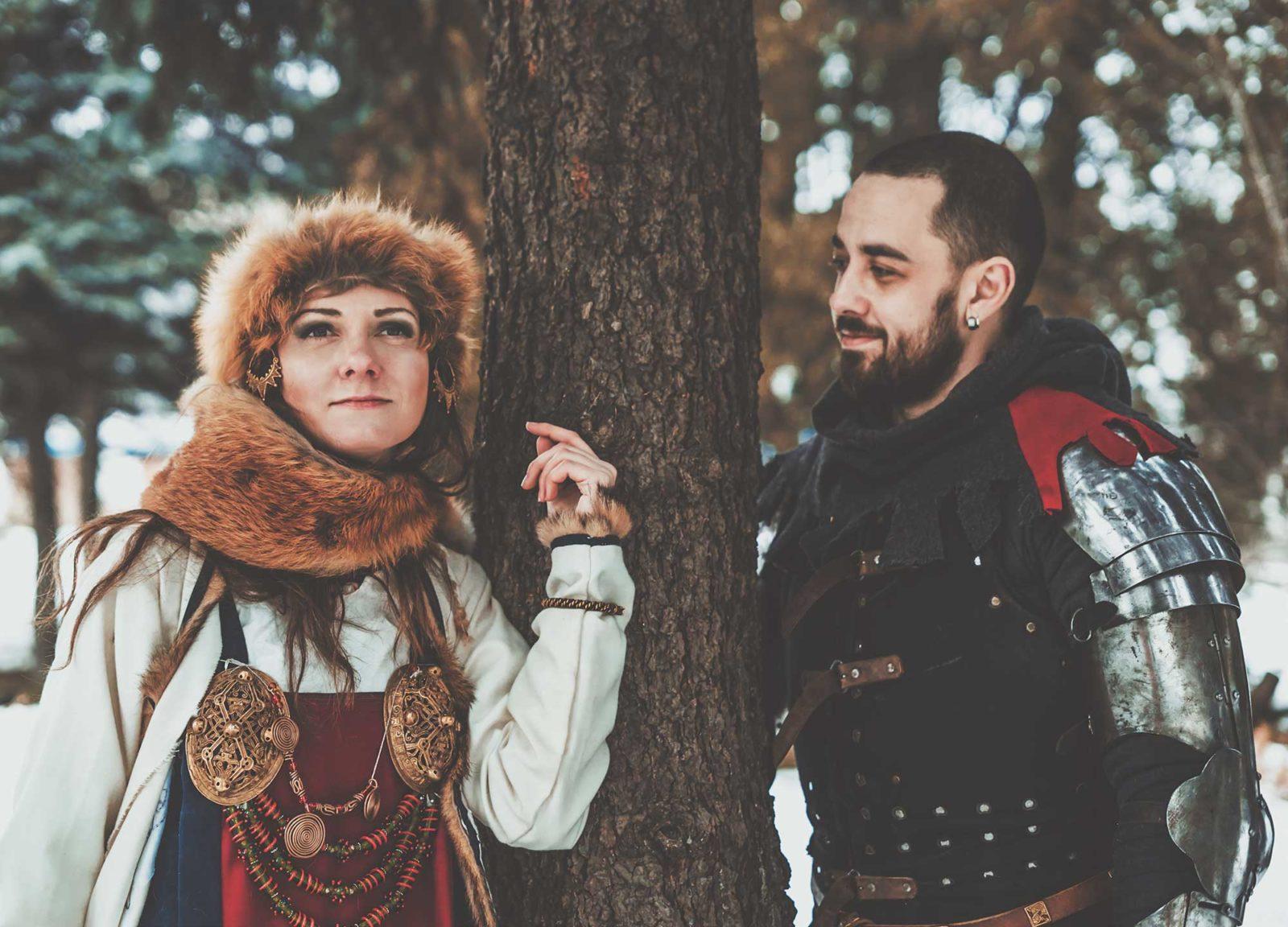 Мужчина и женщина в исторических костюмах