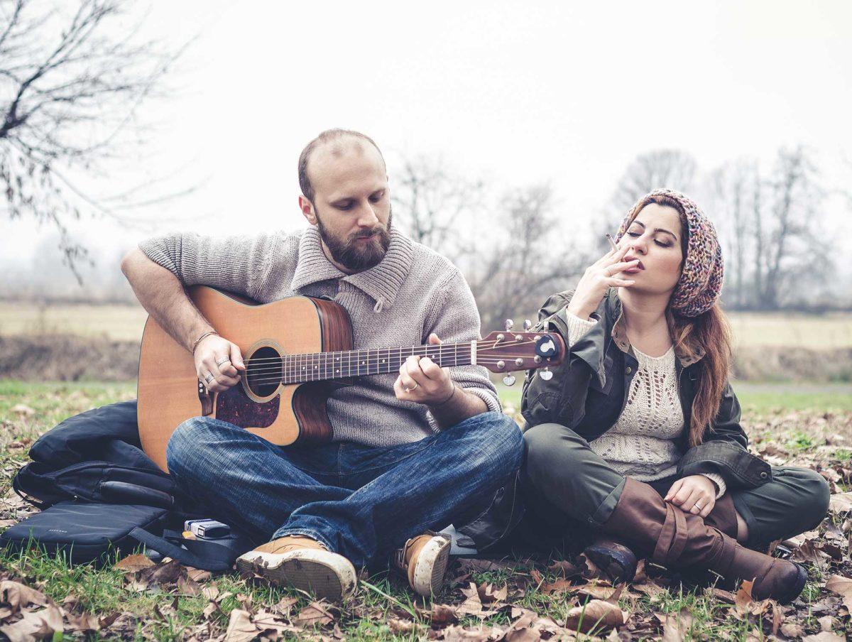 Влюблённая пара с гитарой