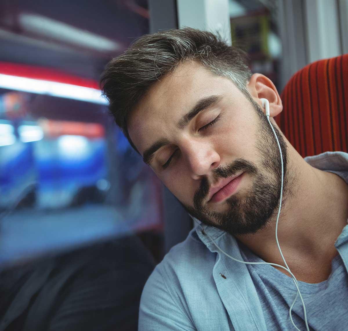 Мужчина спит в поезде