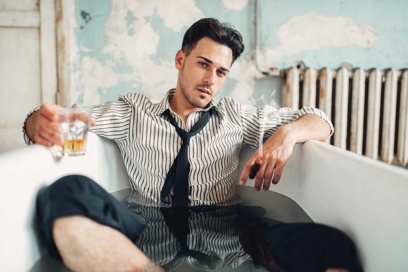 Пьяный бизнесмен в ванной