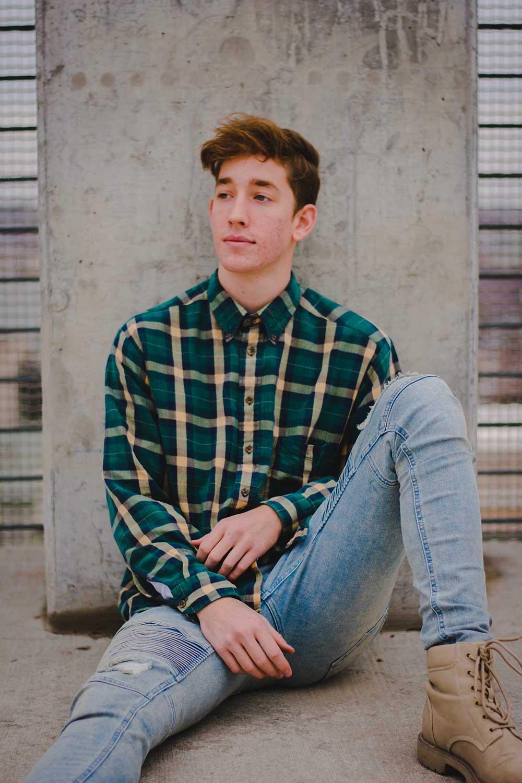 Рубашка в клетку с джинсами