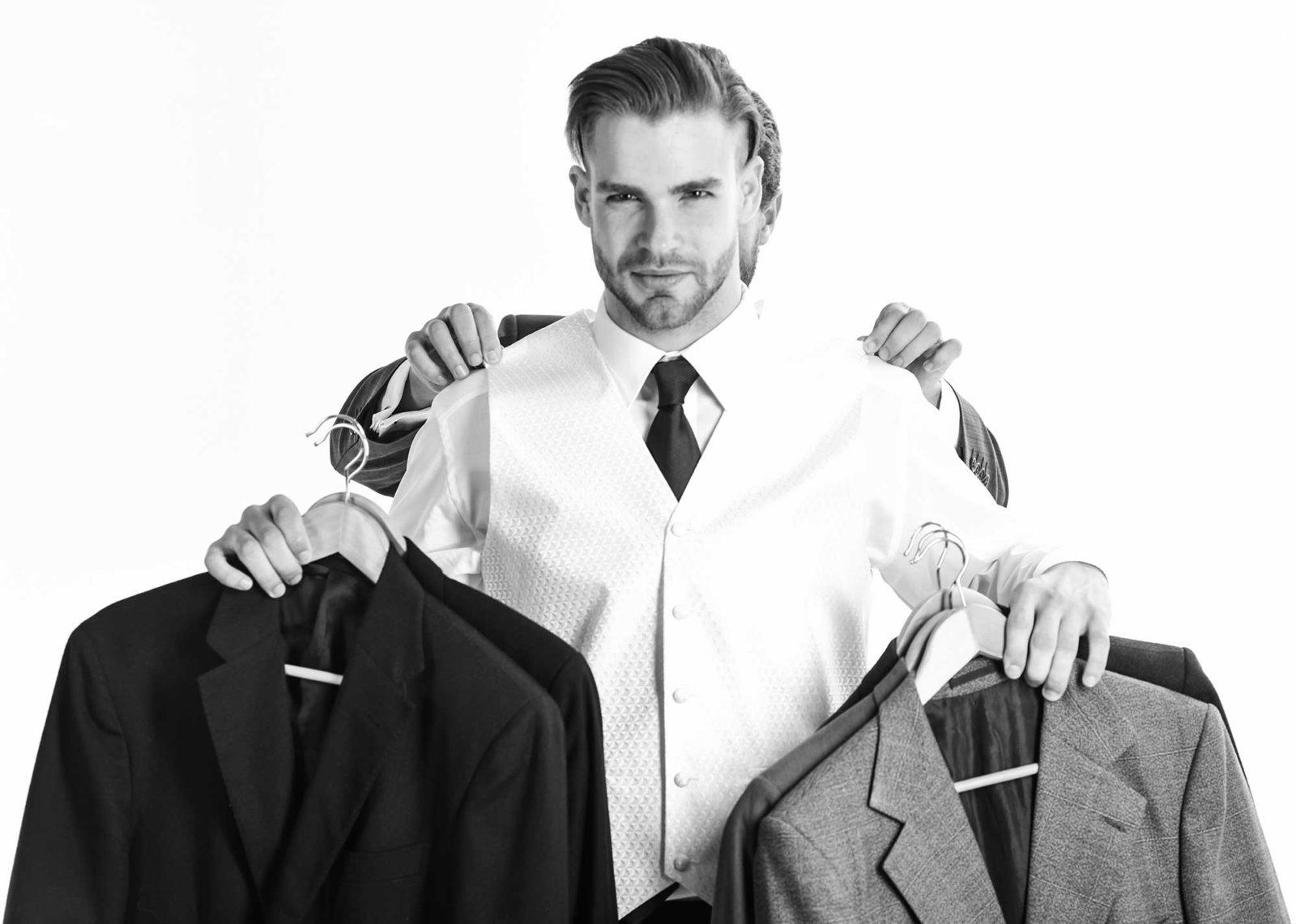 Мужчина выбирает пиджак
