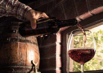 Сомелье разливает вино в бокал