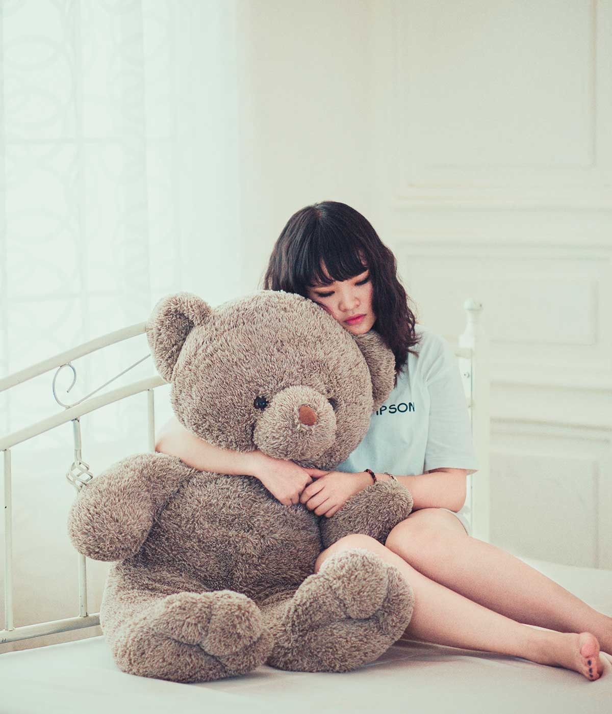 Девушка с мягкой игрушкой - медведем