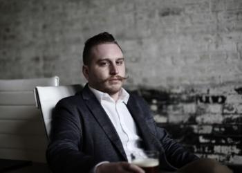 Пузатый мужчина с пивом