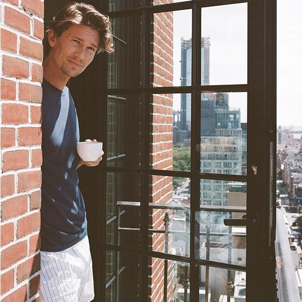 Мужчина на балконе в трусах