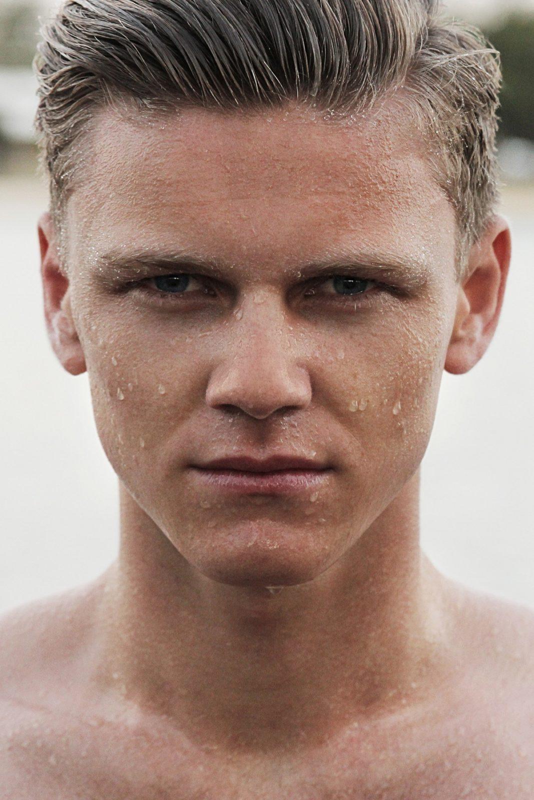 Холодный душ подтянет кожу лица и предотвратит выпадения волос