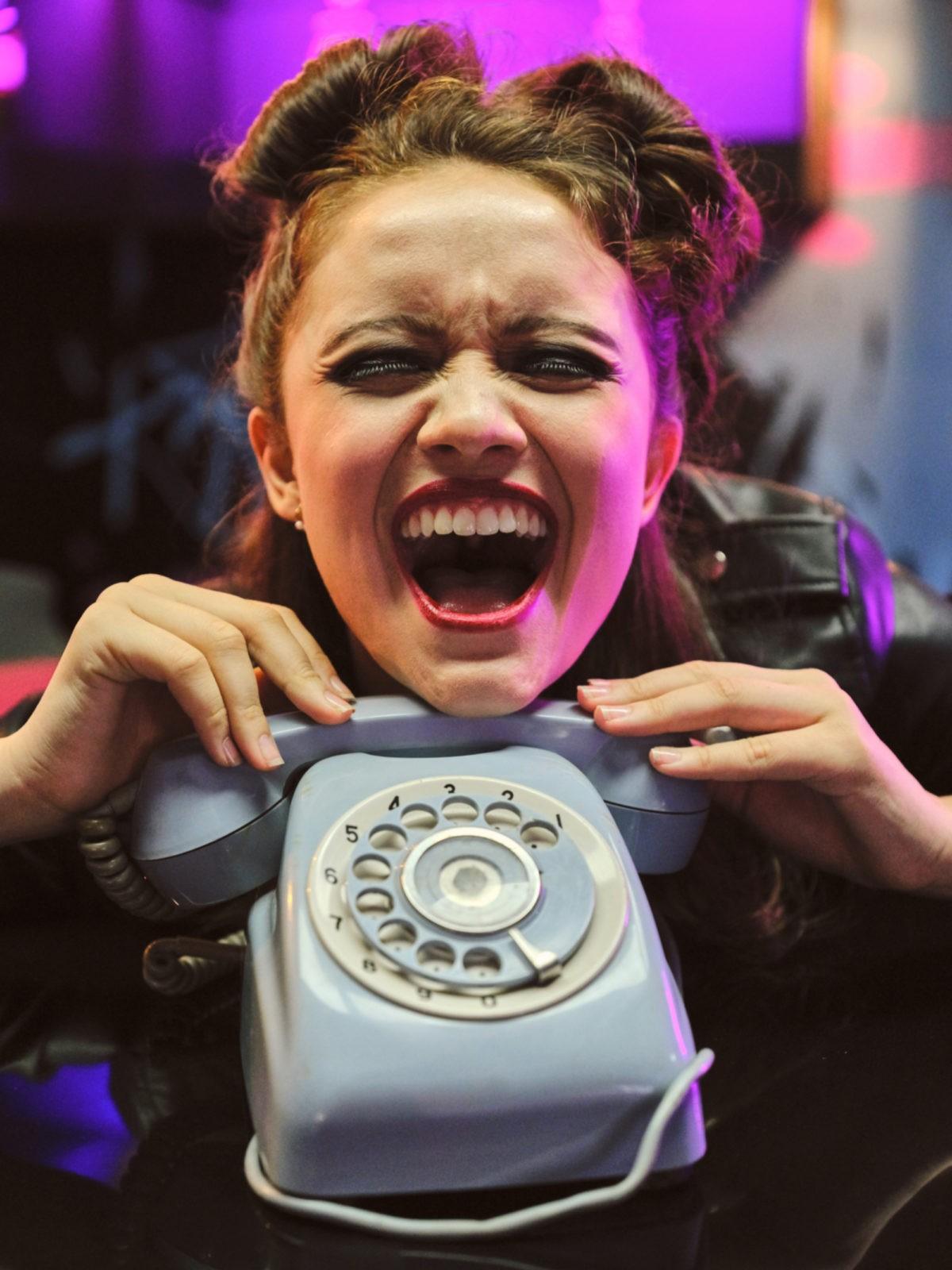 Девушка ждёт звонка от парня
