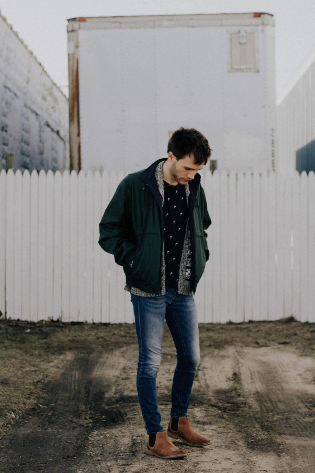 Ботинки челси с зауженными джинсами