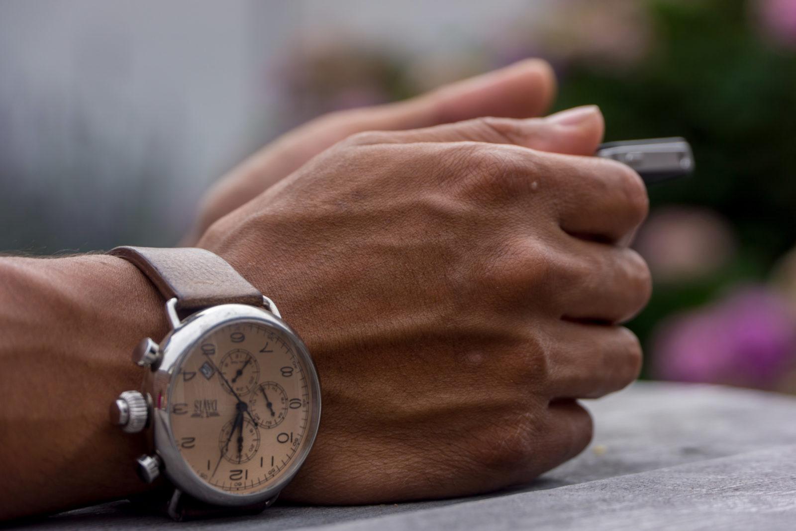 Часы на правом запястье
