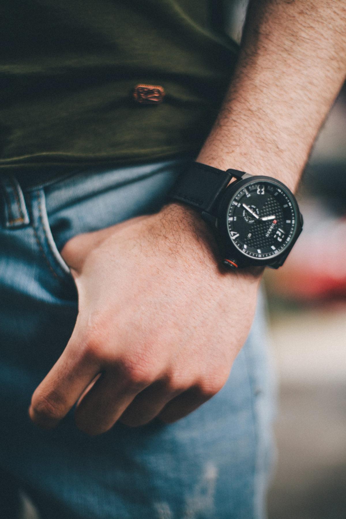 На какой руке носят мужчины часы