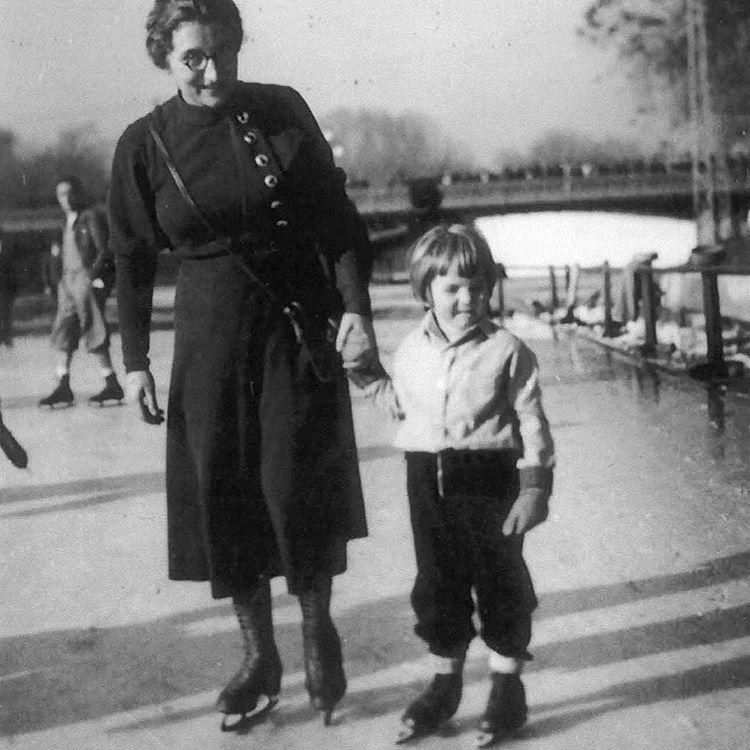 Джордж Сорос катается на коньках со своей матерью Эрзебет в Будапеште, Венгрия, 1934 год
