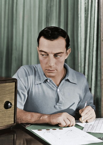 Buster Keaton за столом (цветное фото)