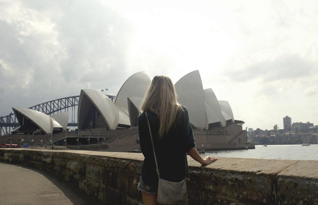 Девушка смотрит на Сиднейский Оперный Театр