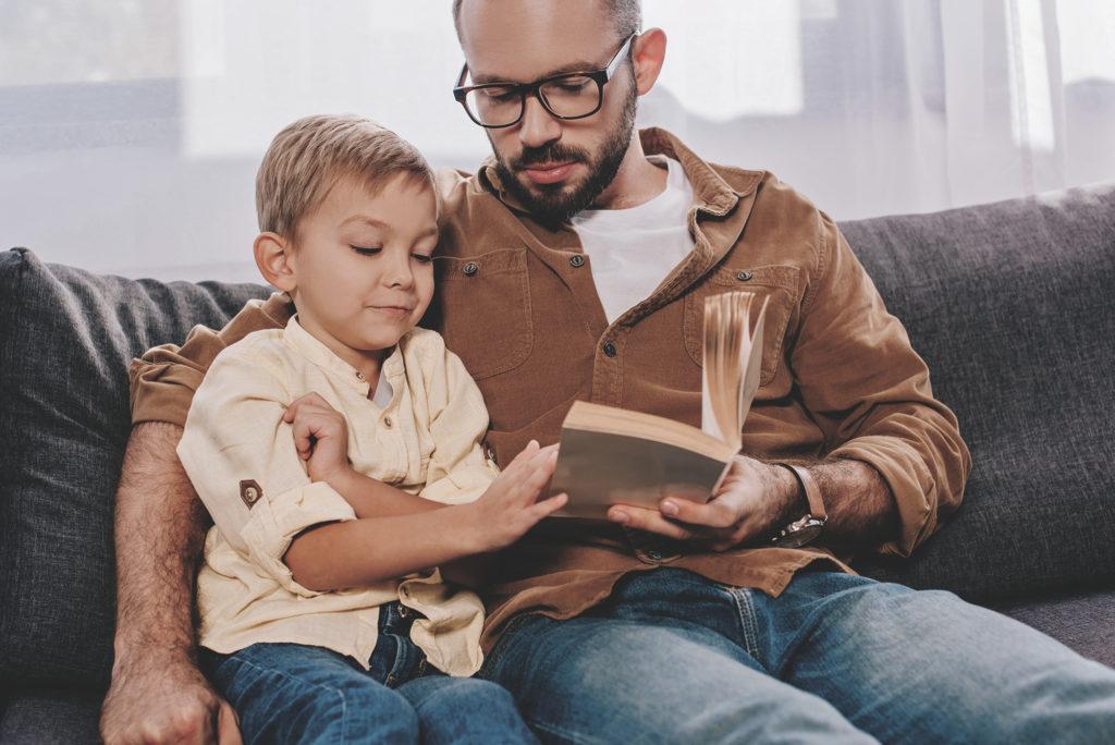 Отец и сын читают книгу