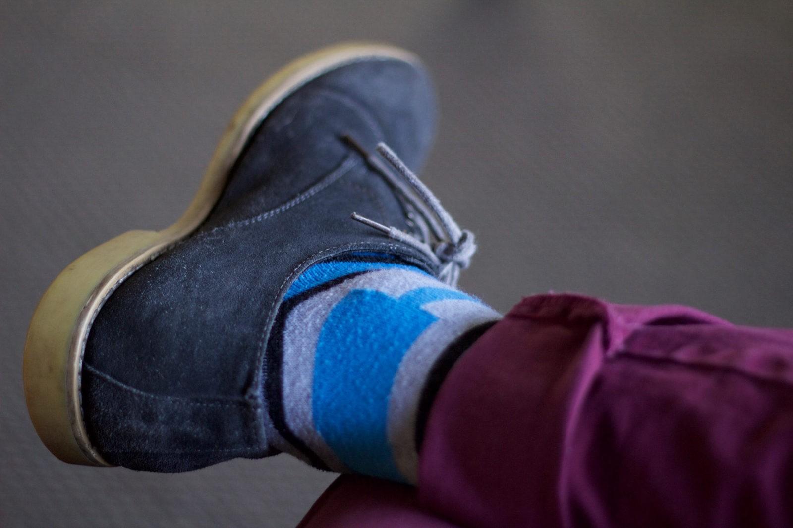 Подвёрнутые чиносы с носками